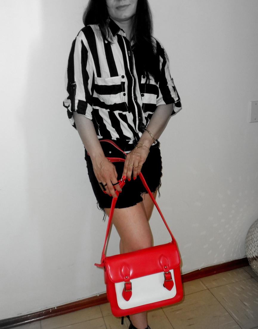 Bolsa vermelha e branca, shorts e camisa listrada