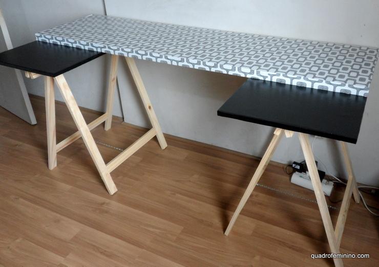 Mesa com porta e cavaletes - móveis